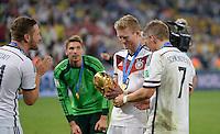 FUSSBALL WM 2014                       FINALE   Deutschland - Argentinien     13.07.2014 DEUTSCHLAND FEIERT DEN WM TITEL: Andre Schuerrle (li) und Bastian Schweinsteiger (re) jubeln mit dem WM Pokal