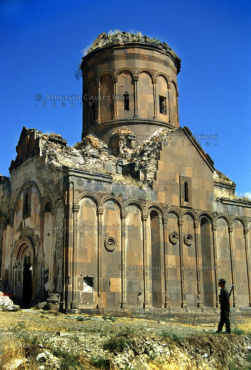 Turchia, Ani, Anatolia orientale. Rovine dell'antica città medioevale capitale del regno di Armenia, nella provincia di Kars, ai confini dell'attuale Armenia. Chiesa di San Gregorio..Turkey Ani, Eastern Anatolia. Ruins of an uninhabited medieval Armenian city-site situated in the Turkish province of Kars near the border with Armenia. It was once the capital of a medieval Armenian Kingdom that covered much of present day Armenia and eastern Turkey. Saint Gregory church..