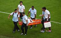 FUSSBALL WM 2014  VORRUNDE    Gruppe B     Spanien - Chile                           18.06.2014 Sanitaeter tragen Charles Aranguiz (Chile) in einer Rettungswanne vom Platz