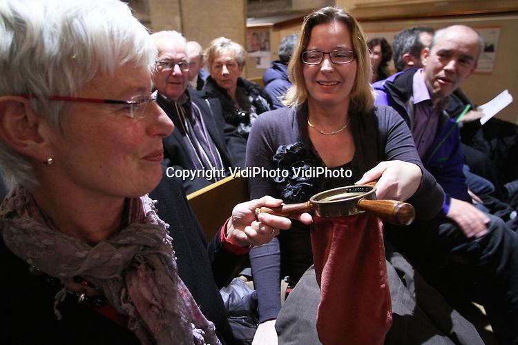 Foto: VidiPhoto ..ELST - Collecteren in de Protestantse Kerk (PKN) in Elst.