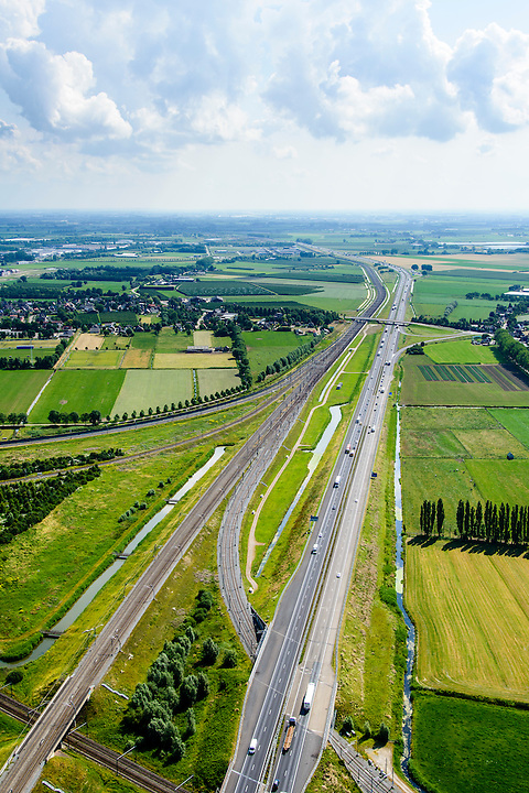 Nederland, Gelderland, Geldermalsen, 26-06-2014; Autosnelweg A15 en Betuweroute tussen Meteren (links) en knooppunt Deil.<br /> Motorway and freight railway, ccentral Holland. Both connecting port of Rotterdam with German hinterland.<br /> luchtfoto (toeslag op standard tarieven);<br /> aerial photo (additional fee required);<br /> copyright foto/photo Siebe Swart