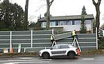 Foto: VidiPhoto<br /> <br /> AMERSFOORT - Medewerkers van hoveniersbedrijf Van Dijk Tuinen uit Werkhoven leggen maandag de laatste hand aan een gigantisch geluiddempend scherm langs een particuliere tuin in Amersfoort. Door de recente reconstructie van het kruispunt Arnhemseweg-Kersenbaan ligt het wegdek inmiddels tegen de grens van de priv&eacute;tuin. Om het verkeerslawaai voor de bewoners sterk te beperken, is in overleg met de gemeente Amersfoort besloten om een 60 meter lange en 3 meter hoge zogenoemde Noistopwand op te trekken. Het speciale geluidsscherm met elementen van geperste steenwol in een behuizing van gegalvaniseerd staal zorgt voor een lawaaireductie van ongeveer 40 procent. Aan de onderzijde van de nu nog kale wand brengt het hoveniersbedrijf een talud aan waarin Hedera (klimop) wordt geplant zodat de wand binnen afzienbare tijd een natuurlijke, &lsquo;groene&rsquo; uitstraling krijgt.