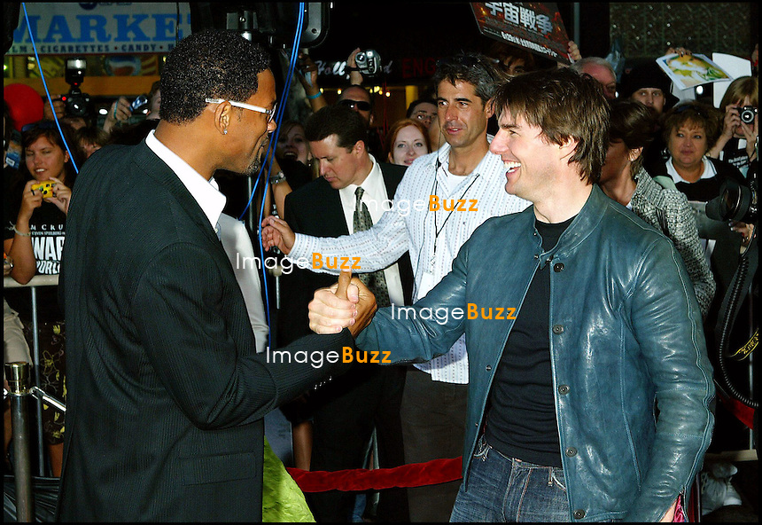 "TOM CRUISE ET WILL SMITH - PREMIERE DU FILM ""LA GUERRE DES MONDES"" AU GRAUMAN'S CHINESE THEATRE A HOLLYWOOD..THE "" WAR OF THE WORLDS "" MOVIE PREMIERE AT THE GRAUMAN'S CHINESE THEATRE IN HOLLYWOOD."