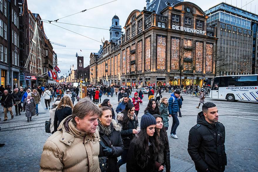 Nederland, Amsterdam, 13 dec 2014<br /> Damrak vanaf de Dam, met de Bijenkorf met kersverslichting. Duizenden lampjes aan de gevel van het warenhuis.<br /> Foto: (c) Michiel Wijnbergh