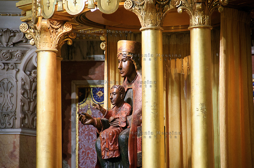 statua della Madonna nera del santuario di Tindari.<br /> Black Madonna in Tindari sanctuary