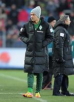 FUSSBALL   1. BUNDESLIGA   SAISON 2011/2012    20. SPIELTAG  05.02.2012 SC Freiburg - SV Werder Bremen Tom Trybull (SV Werder Bremen) mit Muetze und Winterjacke