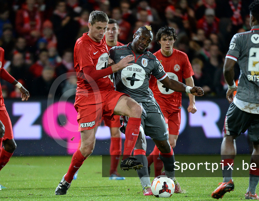 KV Kortrijk - Standard Luik : duel tussen Nebojsa Pavlovic (links) en Paul Jose M'Poku (rechts)<br /> foto VDB / Bart Vandenbroucke