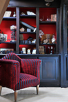 Dark red and dark blue are combined in an unusual colour scheme in the library