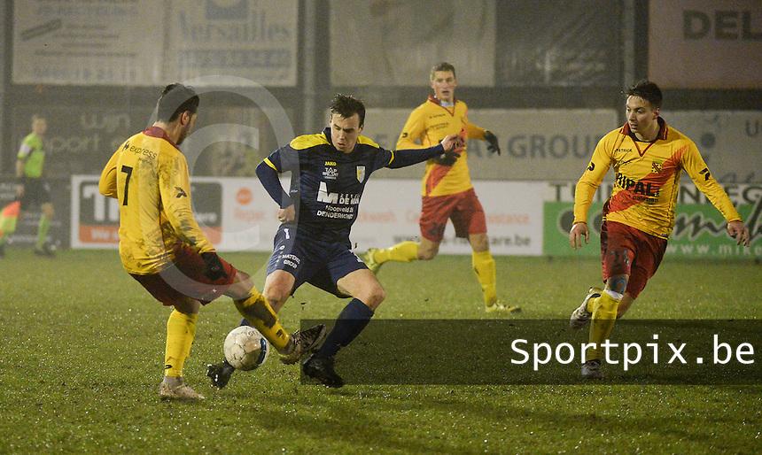 Eendracht Wervik - FC Lebbeke :<br /> Lars Wantens (M) in strijd met Monssef Znagui (L) en Jens Pante (R)<br /> Foto VDB / Bart Vandenbroucke