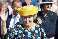 ALGEMEEN: WORKUM: Wandeling naar het stadhuis, 06-07-2012, Hare Majesteit de Koningin brengt een streekbezoek aan de Zuidwesthoek van de provincie Fryslân, Koningin Beatrix, ©foto Martin de Jong