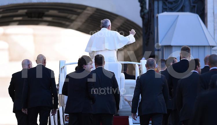 Rom, Vatikan 22.10.2014 Papst Franziskus I. steht im Papamobil bei der woechentlichen Generalaudienz auf dem Petersplatz umgeben von Bodygards