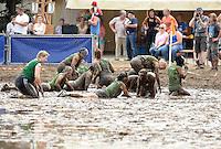 5. Matschfussball-Meisterschaft in Woellnau. Auf zwei gefluteten Aeckern wird alljaehrlich in Wöllnau (Woellnau) bei Eilenburg der Deutsche Matschfussball-Meister gesucht. Waehrend bei den Herren zehn Teams um die Schale kaempften, stritten bei den Damen vier Teams um die Ballnixe.  Ein feutfroehliches und dreckiges Spektakel, dass gut 1000 Besucher in die Duebener Heide gelockt hat. Am Ende durften bei den Herren das City Bootcamp jubeln. Sie verteidigten den Pott, bezwangen im Finale Battaune mit 3:2. Bei den Damen siegten die Volleyballerinnen aus Priestäblich (Priestaeblich).  im Bild:   Siebenmeterschiessen im Spiel um Platz drei zwischen den Wild Chicks und dem Citybootcamp. im Schlamm sielt sich das Bootcamp, weibliche Fraktion.  Foto: Alexander Bley