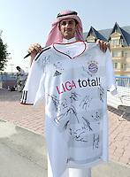 Fussball 1. Bundesliga:  Saison   2011/2012    Winter Trainingslager des FC Bayern Muenchen  03.01.2012 Ein katarischer FC Bayern Fan  sammelt Autogramme auf seinem FC Bayern Trikot.