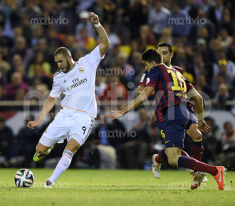 FUSSBALL  INTERNATIONAL Copa del Rey FINALE  2013/2014    FC Barcelona - Real Madrid            16.04.2014 Karim Benzema (li, Real Madrid) gegen Marc Bartra (re, Barca)