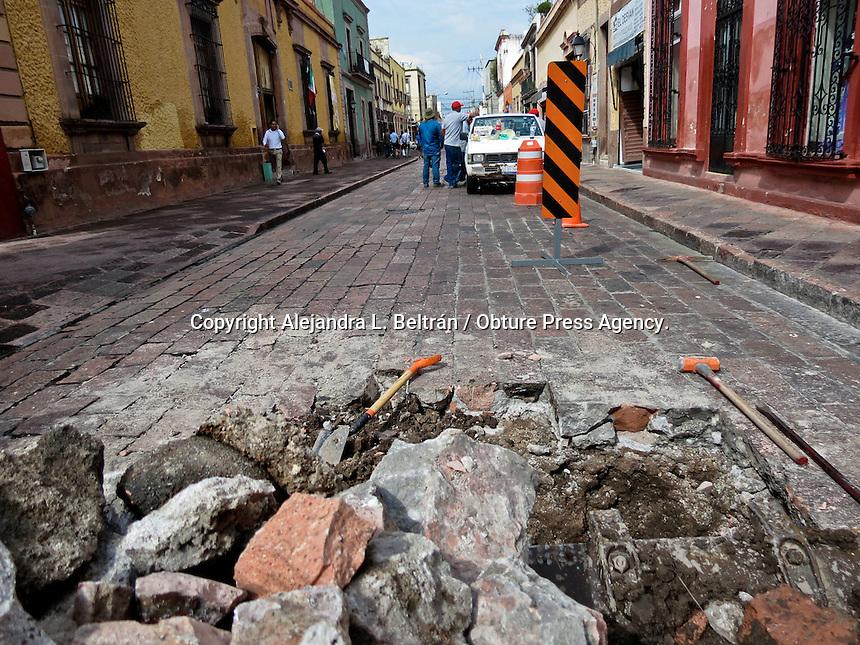 Querétaro, Qro. 2 de septiembre 2015. Debido a la reparación del recolector sanitario, el tramo de la calle Madero entre Ocampo y Ezequiel Montes se encuentra cerrado a la circulación. Los trabajadores de la Comisión Estatal de Aguas esperan que el problema se resuelva mañana. Foto: Alejandra L. Beltrán / Obture Press Agency.
