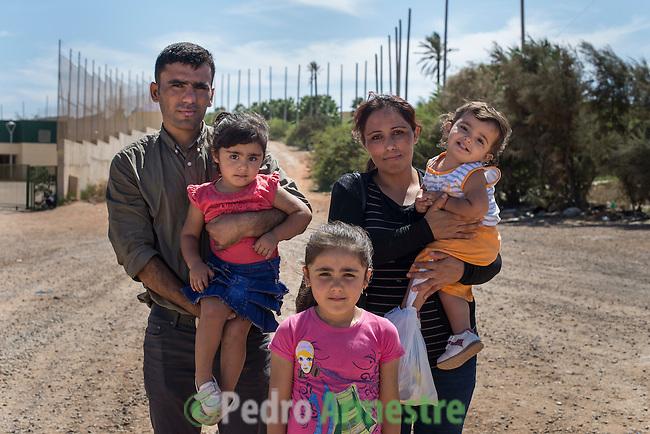 14 septiembre 2015. Melilla. Espa&ntilde;a<br /> En Melilla, Ali Husband y su mujer Rawchan llevan una semana en el Ceti con sus tres hijas de 6, 2 y 1 a&ntilde;o de edad. Tuvieron que dejar su vida en Kobani (Siria) por culpa de la guerra. Han perdido su casa y sus trabajos como agricultor y profesora. &ldquo;Elegimos la ruta de Melilla porque la otra opci&oacute;n, de Turqu&iacute;a a Grecia, nos daba miedo. Ten&iacute;amos que cruzar el mar con las ni&ntilde;as y es muy peligroso&rdquo;, relatan. Igualmente, el viaje ha sido &ldquo;una pesadilla&rdquo; para los ni&ntilde;as, que no han parado de llorar y de estar tristes, cuentan sus padres. Su sue&ntilde;o es llegar hasta Noruega y establecer all&iacute; una vida nueva. La ONG Save the Children exige al Gobierno espa&ntilde;ol que tome un papel activo en la crisis de refugiados y facilite el acceso de estas familias a trav&eacute;s de la expedici&oacute;n de visados humanitarios en el consulado espa&ntilde;ol de Nador. Save the Children ha comprobado adem&aacute;s c&oacute;mo muchas de estas familias se han visto forzadas a separarse porque, en el momento del cierre de la frontera, unos miembros se han quedado en un lado o en el otro. Para poder cruzar el control, las mafias se aprovechan de la desesperaci&oacute;n de los sirios y les ofrecen pasaportes marroqu&iacute;es al precio de 1.000 euros. Diversas familias han explicado a Save the Children c&oacute;mo est&aacute;n endeudadas y han tenido que elegir qui&eacute;n pasa primero de sus miembros a Melilla, dejando a otros en Nador. <br /> &copy; Save the Children Handout/PEDRO ARMESTRE - No ventas -No Archivos - Uso editorial solamente - Uso libre solamente para 14 d&iacute;as despu&eacute;s de liberaci&oacute;n. Foto proporcionada por SAVE THE CHILDREN, uso solamente para ilustrar noticias o comentarios sobre los hechos o eventos representados en esta imagen.<br /> Save the Children Handout/ PEDRO ARMESTRE - No sales - No Archives - Editorial Use Only - Free 