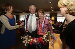 Foto: VidiPhoto<br /> <br /> APELDOORN - Ds. R. van Kooten van de Hersteld Hervormde gemeente Apeldoorn is zaterdag geridderd. De versierselen behorend bij koninklijke onderscheiding Ridder in de Orde van Oranje-Nassau werden hem opgespeld door de loco-burgemeester van Apeldoorn Hans Brouwer. Ds. Van Kooten was zaterdag precies 40 jaar predikant. In zijn dankwoord noemde Van Kooten als meest ingrijpende gebeurtenis in zijn leven, de breuk in de Nederlandse Hervormde Kerk van 2004. Foto: Een ludieke actie van Koos de Jong: echtpaar in dienst van de Koning.