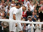 Tennis All England Championships Wimbledon Roger Federer (SUI, l) troestet nach dem gewonnenen Finale seinen Gegner Andy Roddick (USA).