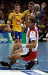 Handball Maenner Laenderspiel, Nationalmannschaft Deutschland - Schweden (31:31) Preussag Arena Hannover (Germany) vorne Markus Dragunski (GER) im Wurf hinten Magnus Wislander (SWE)