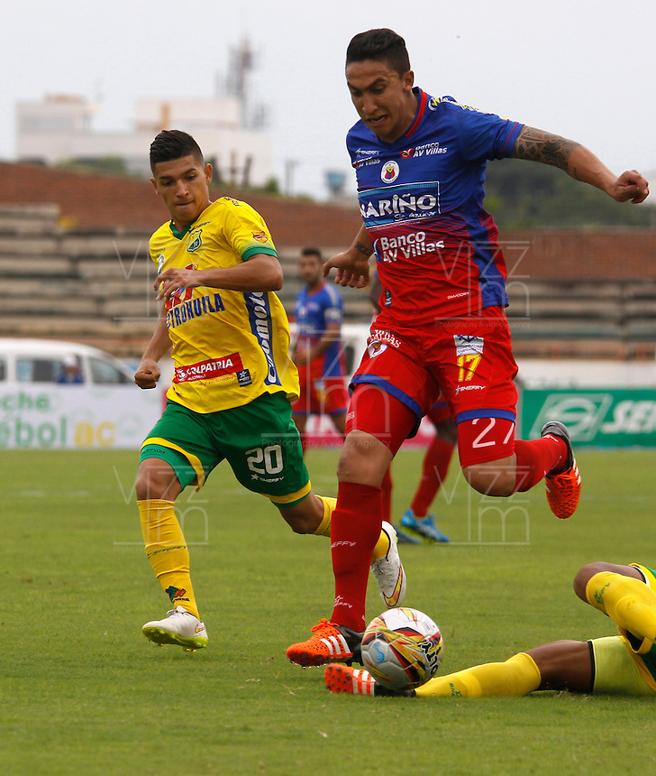 NEIVA - COLOMBIA -13 - 03 - 2016: Edwin Tavera (Izq.) jugador de Atletico Huila disputa el balón con Ricardo Vallagra (Der.) jugador de Deportivo Pasto, durante partido entre Atletico Huila y Deportivo Pasto, por la fecha 9 de la Liga Aguila, I 2016 en el estadio Guillermo Plazas Alcid de Neiva. / Edwin Tavera (L), player of Atletico Huila vies for the ball with Ricardo Vallagra (R) player of Deportivo Pasto, during match between Atletico Huila and Deportivo Pasto, for the date 9 of the Liga Aguila I 2016 at the Guillermo Plazas Alcid Stadium in Neiva city. Photo: VizzorImage  / Sergio Reyes / Cont.