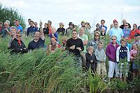 SKUTSJESILEN: GROU: SKS skûtsjesilen, Friese Sporten, 24-07-2010, Fryslân, publiek in de Tynje tussen Pikmar en Wide Ie, ©foto Martin de Jong