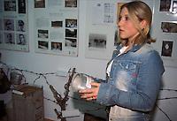 APR 2002, ARGOSTOLI (Cefalonia): studenti italiani visitano il piccolo museo dedicato alla Divisione ACQUI .APR 2002, ARGOSTOLI (Cephalonia): Italian students visiting the small museum dedicated to the Division ACQUI .