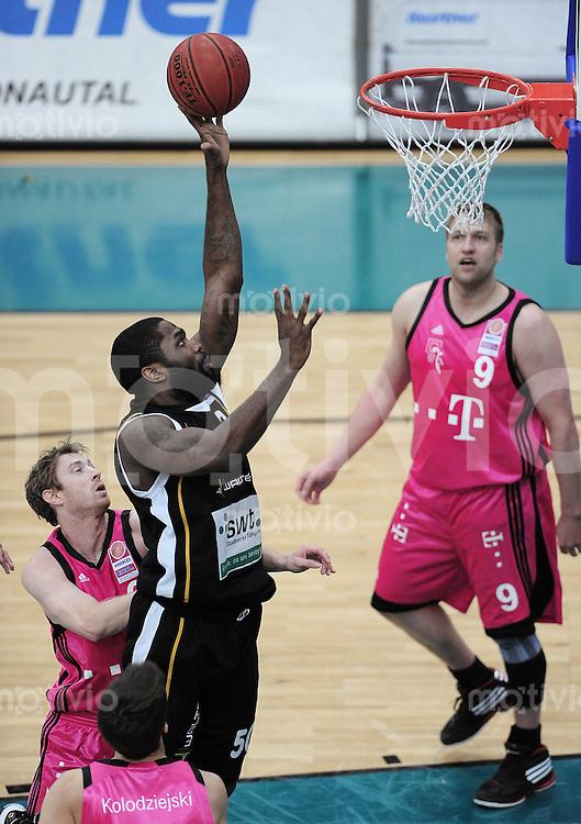 Basketball   1. Bundesliga 2009/2010  22.04.2010 Walter Tigers Tuebingen -   Telekom Baskets Bonn Kenneth Wiliams (Mitte, Tigers) gegen Johannes  Strasser  (li, Telekom Baskets) und beobachtet und John Bowler  (re, Telekom Baskets)