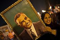 EGITTO, IL CAIRO 9/10 settembre 2011: assalto all'ambasciata israeliana. Migliaia di manifestanti egiziani, ancora infuriati per l'uccisione di cinque guardie di frontiera egiziane da parte dell'esercito israeliano, hanno fatto irruzione nella sede diplomatica israeliana e sono stati poi sgomberati da esercito e polizia egiziana. Nell'immagine: una donna durante la manifestaione mostra la fotografia di un uomo.<br /> Egypt attack to the Israeli embassy  Attaque &agrave; l'ambassade israelienne Caire