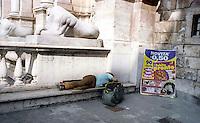 Roma  2004.Piazza del Campidoglio.Senza fissa dimora dorme per la strada.Homeless sleeps on the street..