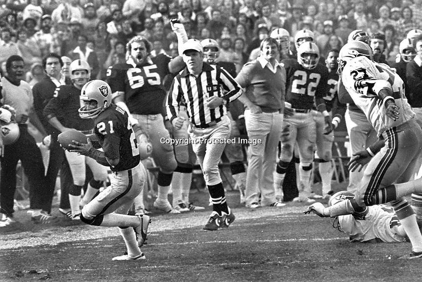 Raider Cliff Branch grabs pass along the sideline,<br />
