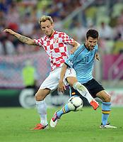 FUSSBALL  EUROPAMEISTERSCHAFT 2012   VORRUNDE Kroatien - Spanien                 18.06.2012 Ivan Rakitic (li, Kroatien) gegen Cesc Fabregas (re, Spanien)