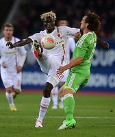 FUSSBALL   1. BUNDESLIGA  SAISON 2012/2013   3. Spieltag FC Augsburg - VfL Wolfsburg           14.09.2012 Aristide Bance (li, FC Augsburg) gegen Emanuel Pogatetz (VfL Wolfsburg)