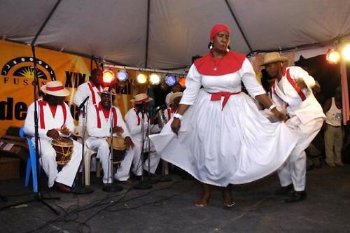 Bailadores de palos. Foto cortesía de http://rossydiaz.wordpress.com