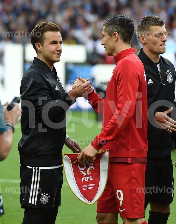 FUSSBALL EURO 2016 GRUPPE C IN PARIS Deutschland - Polen    16.06.2016 Mario Goetze (li, Deutschland) und Robert Lewandowski (re, Polen) begruessen sich vor dem Anpfiff