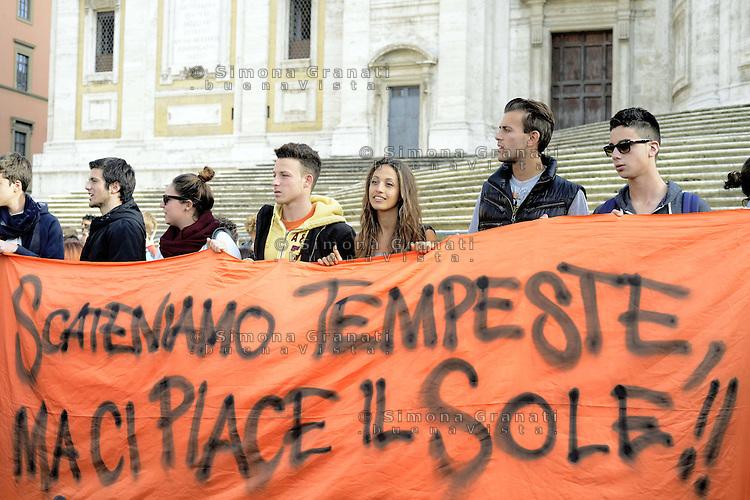 Roma, 10 Novembre 2012.Manifestazione contro i tagli alla scuola pubblica e il ddl Aprea..Studenti e insegnanti in corteo