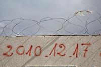 Tunisia, Sidi Bouzid, il dopo Rivoluzione. Un muro con filo spinato dove &egrave; scritta la data dell'inizio della Rivoluzione, il 17 dicembre 2010.<br /> date of revolution <br /> TUNISIA after spring revolution