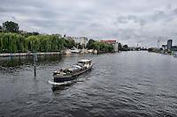 Berlino 16  Settembre 2013<br />  Un battelllo sul fiume Sprea, nel distretto di Friedrichshain-Kreuzberg.<br /> The boat  on the River Spree,  in the district of Friedrichshain-Kreuzberg.