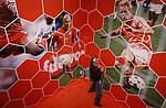 Foto: VidiPhoto<br /> <br /> ARNHEM - In het gloednieuwe Holland Huis van het Nederlands Openluchtmuseum wordt woensdatg de laatste hand gelegd aan de tentoonstelling &quot;Helden aan de Bal&quot;, met hoogtepunten uit de Nederlandse voetbalgeschiedenis vanaf 1974, toen voor het eerst het Oranjegevoel toesloeg. Een ereplek is er voor de beroemdste voetballer aller tijden, Johan Cruijff met een speciaal aan hem gewijde zaal. Helden aan de bal toont de bezoekers 40 jaar voetbalgeschiedenis, met als absoluut hoogtepunt 1988. De EK-beker die in dat jaar door het Nederlands elftal werd gewonnen is op de tentoonstelling, die donderdag officieel wordt geopend door onder andere Frits Barend en oud-voetballer Rinus Isra&euml;l, te zien.