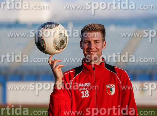 11.01.2014, Maspalomas, Gran Canaria, ESP, 1. FBL, FC Augsburg, Trainingslager, im Bild Jan-Ingwer Callsen-Bracker (FC Augsburg #18) laesst den Ball auf dem Finger kreisen, jongliert, Aktion, Einzelbild, angeschnitten, angeschnittenes Einzelmotiv, Halbfigur, halbe Figur, quer, Querformat, horizontal, landscape, // during the Trainingscamp of German Bundesliga Club FC Augsburg at the Maspalomas in Gran Canaria, Spain on 2014/01/11. EXPA Pictures &copy; 2014, PhotoCredit: EXPA/ Eibner-Pressefoto/ Krieger<br /> <br /> *****ATTENTION - OUT of GER*****