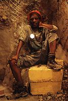 SUDAFRICA - Kimberley, miniera di diamanti di Bultfontein ( Miniere De Beers): ritratto di un minatore seduto su un masso all'interno della miniera.
