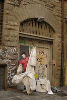 Statua vivente raffigurante Leonardo da Vinci..Il mimo Valter C. mentre si dedica al suo make up e mentre si veste per la sua esibizione. Resterà immobile stuzzicando la curiosità dei turisti con biglietti con frasi di Leonardo, a Firenze...Living statue of Leonardo da Vinci..The mime Valter C.  while he is dedicating to his make up and while he dresses for the performance. He Will  tickling the curiosity of tourists with tickets of sentences by Leonardo, in Florence.