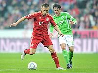 FUSSBALL   1. BUNDESLIGA  SAISON 2011/2012   19. Spieltag FC Bayern Muenchen - VfL Wolfsburg      28.01.2012 Ivica Olic (li, FC Bayern Muenchen) gegen Christian Traesch (VfL Wolfsburg)