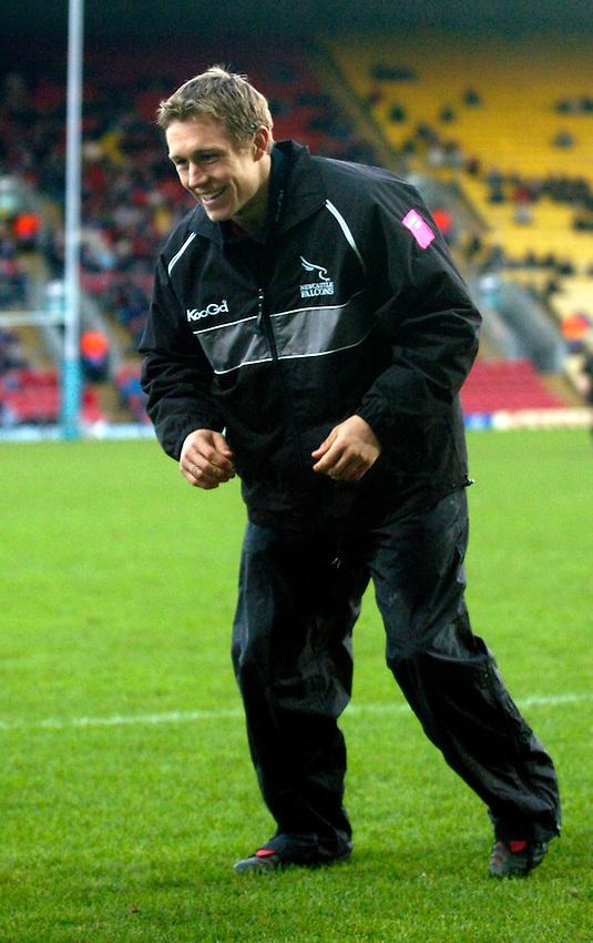 Photo: Richard Lane..Saracens v Newcastle Falcons. Powergen Cup. 19/12/2004..Jonny Wilkinson warms up.