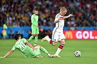 FUSSBALL WM 2014                ACHTELFINALE Deutschland - Algerien               30.06.2014 Bastian Schweinsteiger (re, Deutschland) laesst Aissa Mandi (Algerien) links liegen