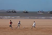 Afrique/Afrique du Nord/Maroc/Essaouira: retour des bateaux de pêche et joueurs de football sur la plage