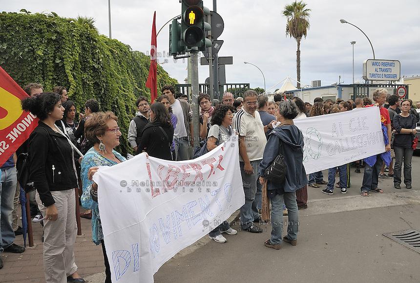 Palermo: demonstration against the deportation of immigrants from Lampedusa shut up in the ships in the port of Palermo.<br /> Palermo:presidio improvvisato contro la deportazione degli immigrati provenienti da Lampedusa e rinchiusi in navi ancorate nel porto di Palermo.