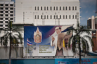 Thailand, Bangkok, December 11, 2009     ..Photographs and other images of the King are everywhere in Thailand, as here in front of a building in Bangkok...Afbeeldingen van Koning Bumibol vind je overal in Bangkok...Photo Kees Metselaar