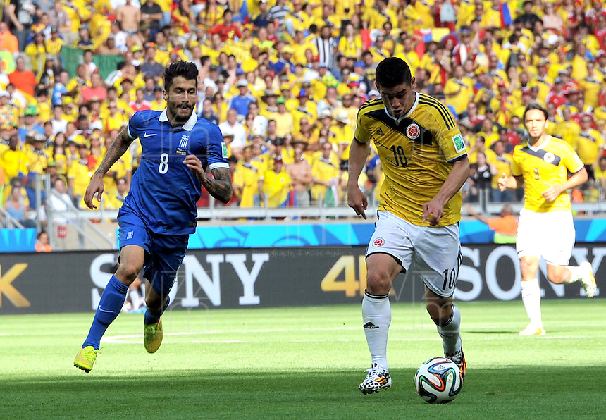 BELO HORIZONTE - BRASIL -14-06-2014. James Rodriguez (Der) jugador de Colombia (COL) disputa un balón con Panagiotis Kone (Izq) jugador de Grecia (GRC) durante partido del Grupo C de la Copa Mundial de la FIFA Brasil 2014 jugado en el estadio Mineirao de Belo Horizonte./ Pablo Armero (R) player of Colombia (COL) fights the ball with Panagiotis Kone (L) player of Grece (GRC) during the macth of the Group C of the 2014 FIFA World Cup Brazil played at Mineirao stadium in Belo Horizonte. Photo: VizzorImage / Alfredo Gutiérrez / Contribuidor