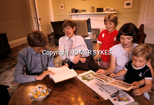 PROFESSOR STEPHEN HAWKING AT HOME WITH HIS YOUNG FAMILY CAMBRIDGE ENGLAND 1981. HIS FIRST WIFE JANE. 1980s UK.