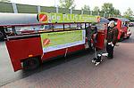 Foto: VidiPhoto<br /> <br /> DOORWERTH/RENKUM - Op de Veluwe is een wat bizarre supermarktoorlog uitgebroken. Omdat in het dorp Doorwerth beide supermarkten gesloten zijn vanwege een verbouwing, proberen de supers Plus en Jumbo in Renkum daarvan te profiteren door klanten te lokken. Jumbo laat een bus pendelen tussen Renkum en Doorwerth. Plus zet een zelfs een treintje in en dat blijkt te werken. Bovendien krijgen de nieuwe klanten van Plus behalve een gratis ritje heen en terug naar Doorwerth, ook een tegoedbon voor koffie en gebak. De trein blijft rijden zolang de verbouwing van de supermarkten duurt en dat is naar verwachting tot eind oktober. Foto: De eerste klanten pendelen maandag met het treintje tussen Doorwerth en Renkum.